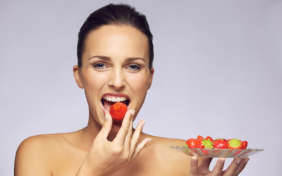 model eating fruit