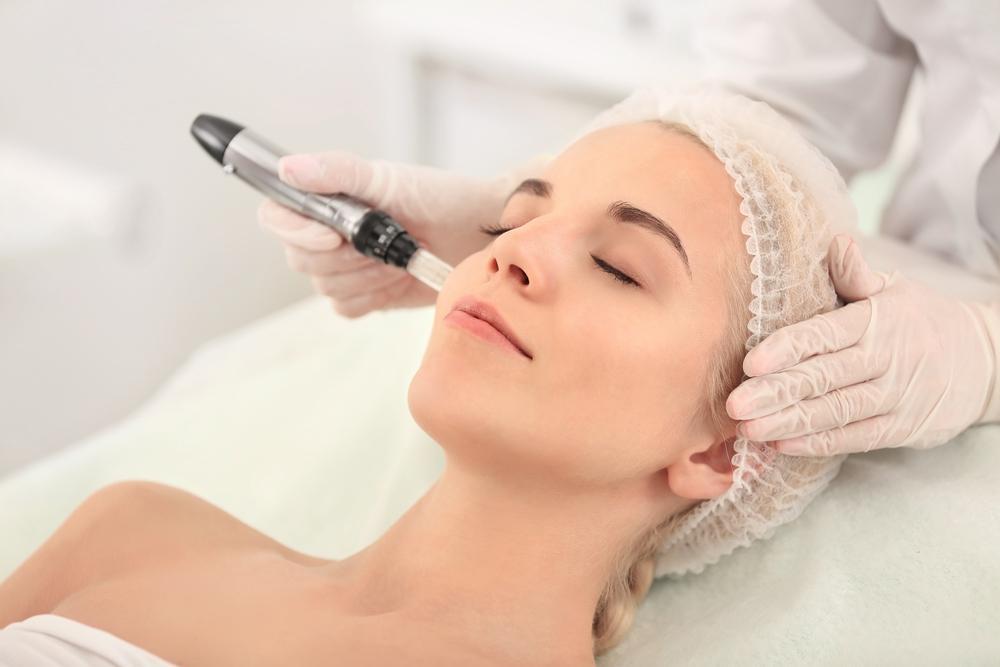 model getting a hydra facial