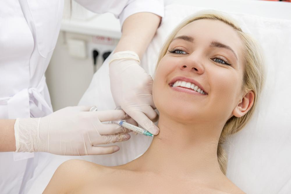 Model getting collagen injects