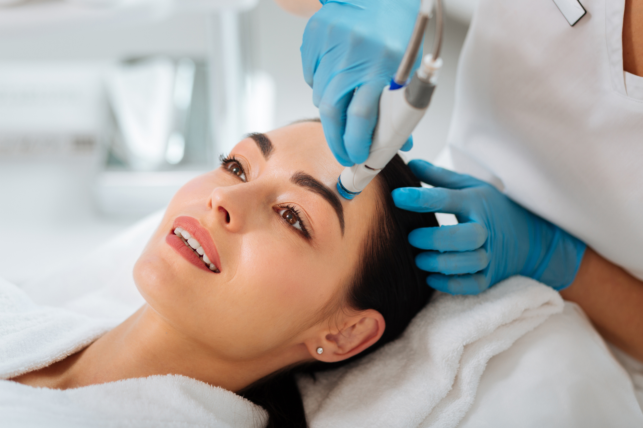 woman getting a fast-acting hydrafacial